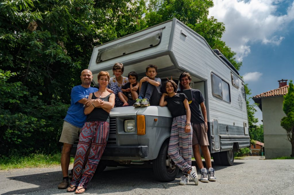 nomad family, nomadic families, nomadic family, volunteering family, volunteer with your family, volunteering with a family, volunteering for families, travel families, travelling families, travel with the family, long term family travel, unschooling